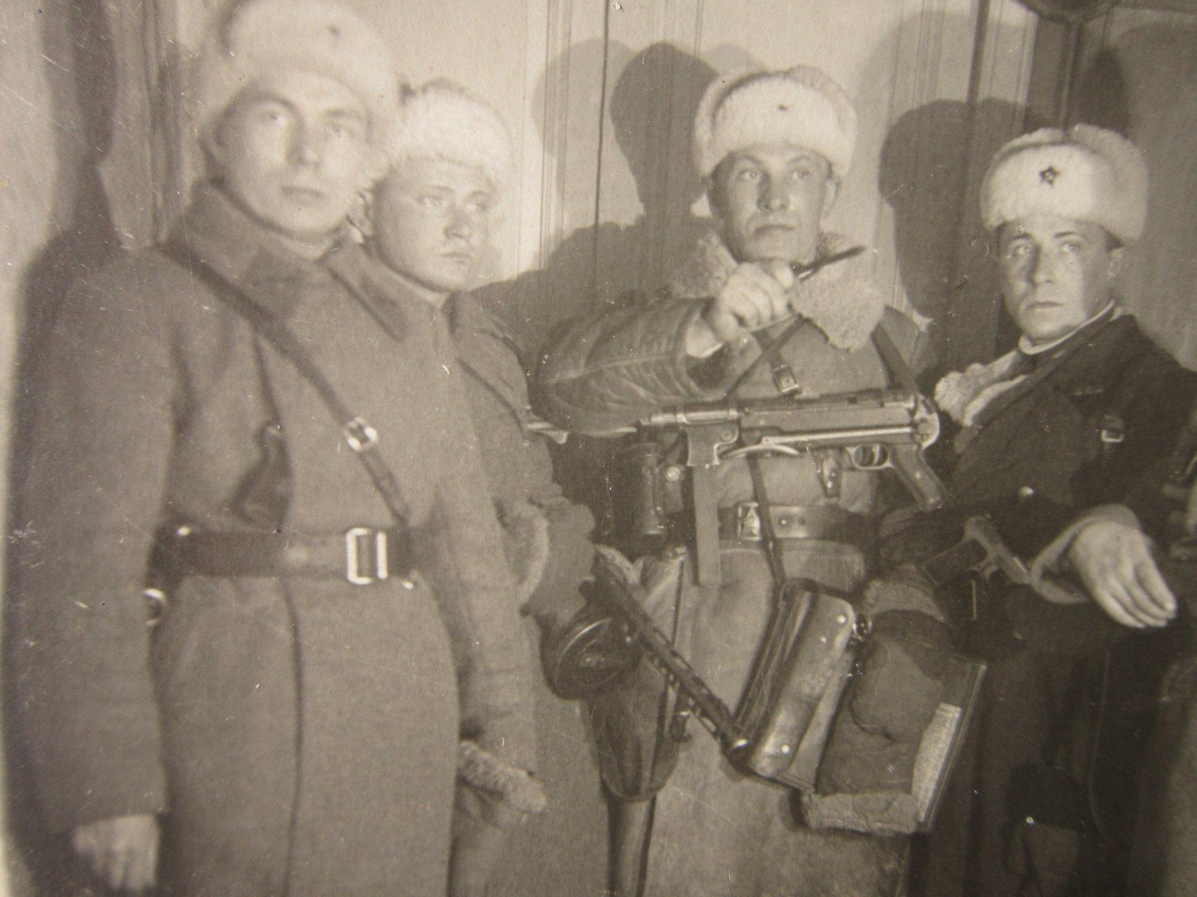 Николай с автоматом на груди (второй слева)