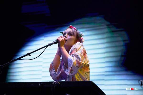 Солистка «Деревянных китов»— очень яркая девушка. Не правда ли, чем-то похожа на эпатажную певицу Жанну Агузарову?