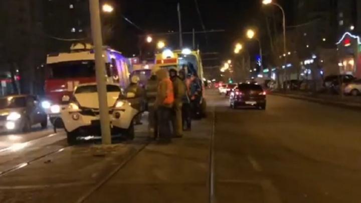 На улице 8 Марта трамваи простояли почти час из-за девушки, врезавшейся на иномарке в столб