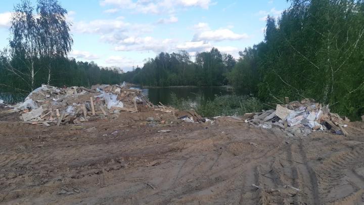 Новая незаконная свалка выросла по соседству с микрорайоном «Бурнаковский» и испортила озеро