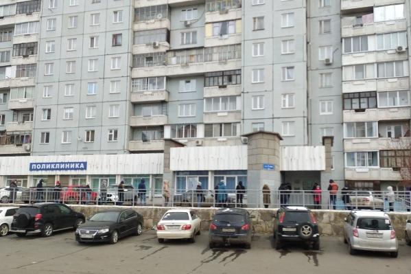 В красноярских поликлиниках образуются огромные очереди
