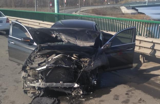 «Водитель нуждается в лечении»: в Ярославле иномарка с московскими номерами влетела в отбойник