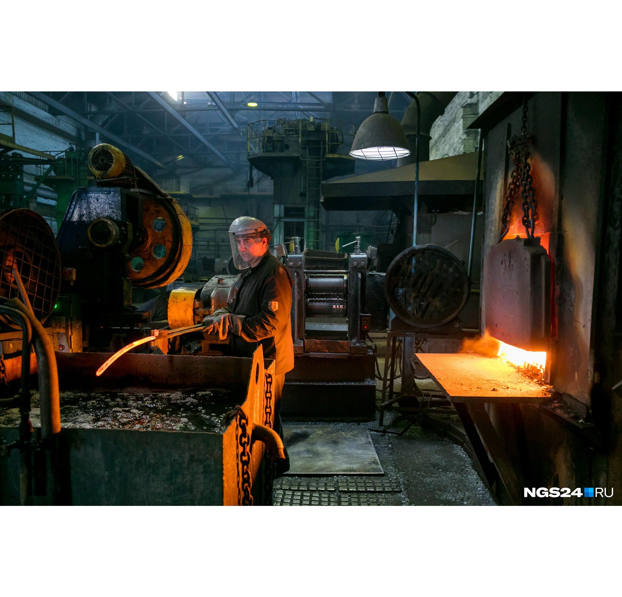 Бесконечно можно смотреть на огонь и работу сотрудников цеха