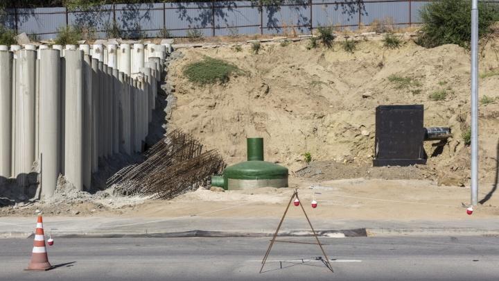 Рухнул в обрыв вместе со сваей: в центре Волгограда на стройке локальных очистных сооружений погиб рабочий