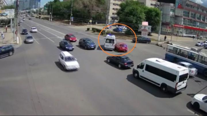 «Не слышала сирены»: в центре Волгограда девушка на иномарке протаранила машину скорой помощи