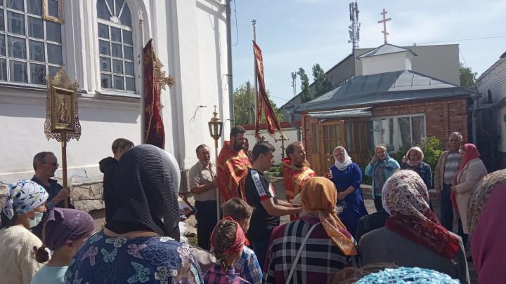 В храме на Южном Урале провели крестный ход вопреки запрету митрополита на службы с участием прихожан
