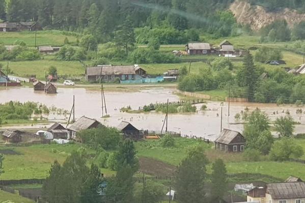 Вид на затопленный поселок с вертолета