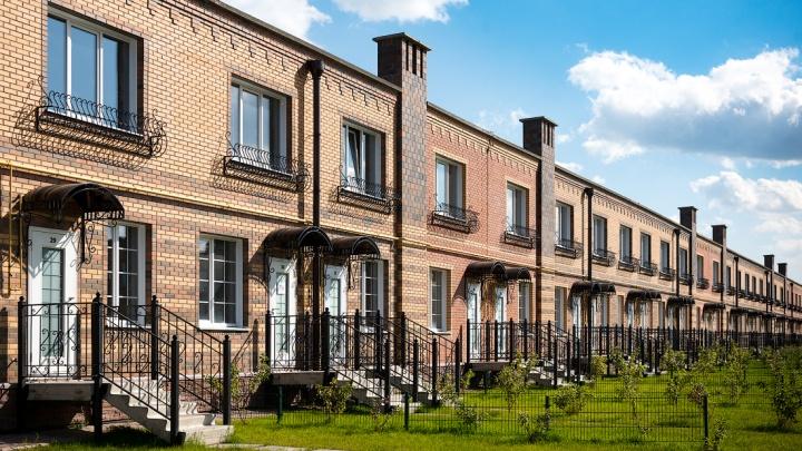 В посёлке возле Новосибирска продают квартиры в таунхаусах по цене 2017 года — как такое возможно