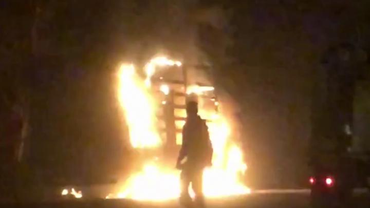 В Ярославле на Тверицкой набережной сгорел грузовик. Видео