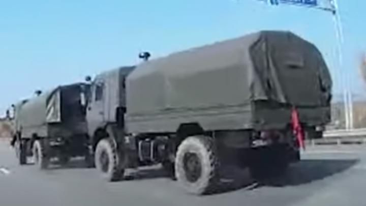 На ЕКАД два военных КамАЗа устроили ДТП. Один из них вылетел с дороги
