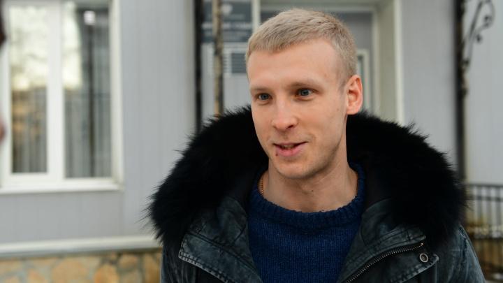 В Екатеринбурге вынесли приговор парню, толкнувшему в сквере у драмы православного активиста: онлайн