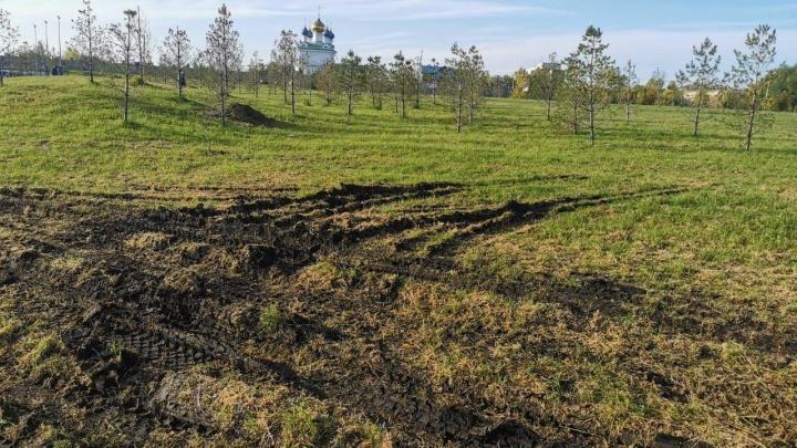 Жителей Ленинского района возмутила работа подрядчика, испортившего газон в сквере на берегу Смолино