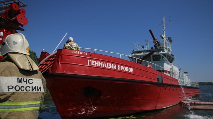 Тушили с катера: показываем пожар в Запанском в 10 фото