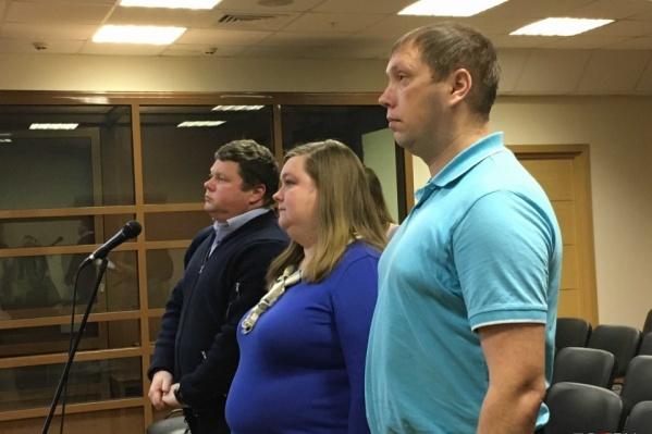 Супруги Шипигузовы с адвокатом в зале суда слушают решение о своем выселении в 2019 году
