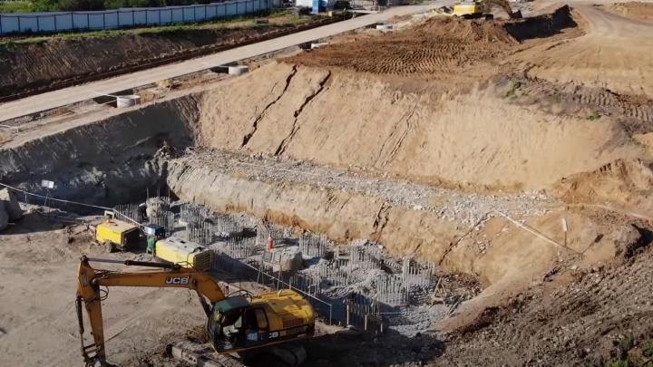 Рабочие начали монтировать опоры для нового моста через Волгу у Климовки