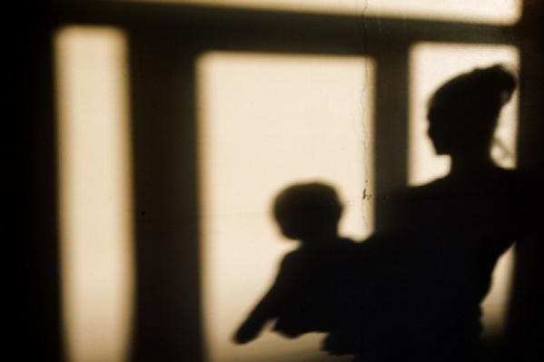 Забыла закрыть дверь: 25-летнюю женщину будут судить за жуткую смерть ребенка