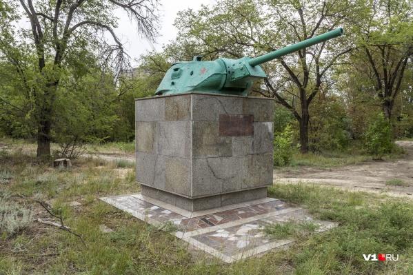 «Полотном» для выражения мыслей молодой горожанин выбрал памятник в укромном месте на севере Волгограда