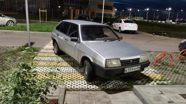 «Я паркуюсь как...»: стоянка на зебре и наглый таксист, загородивший машины соседей