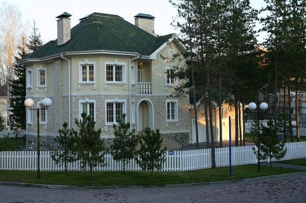 Это коттедж в Соснах площадью 324 квадратных метра, продается на официальном сайте поселка за <nobr>60 миллионов</nobr> рублей