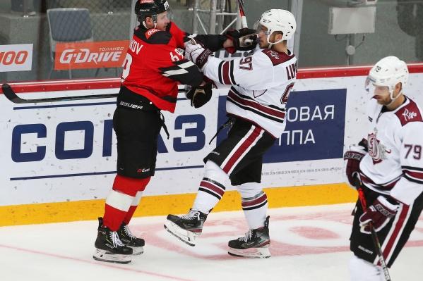 В этом сезоне команды еще не встречались, но Сергей Шумаков вряд ли смог бы потолкаться с рижанами в ближайший четверг — у него травма