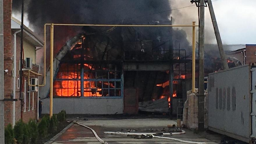В Батайске потушили крупный пожар на пластиковых складах