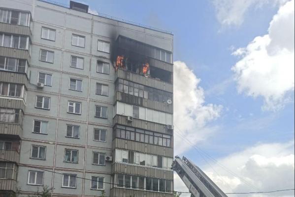 Балкон загорелся на 8 этаже дома