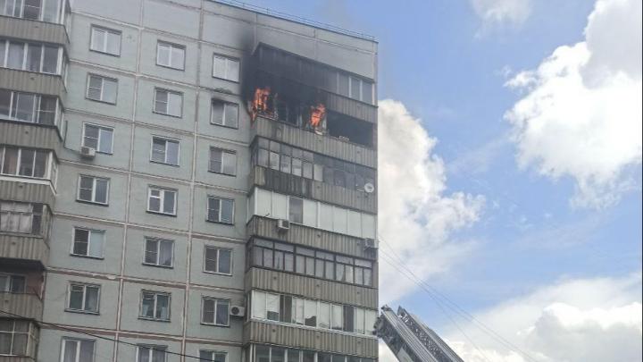 На Родниках вспыхнул балкон — пожарным пришлось вскрывать дверь в квартиру