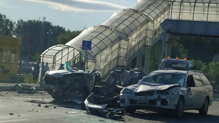 В Бердске столкнулись три автомобиля, одного из водителей заблокировало в салоне