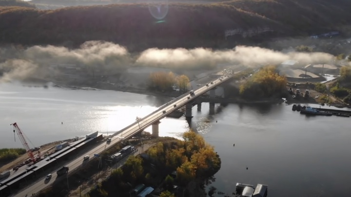 Рабочие начали ремонтировать старый мост через Сок