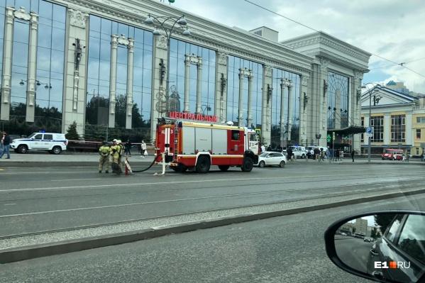 На улице стоит несколько машин МЧС и полиции