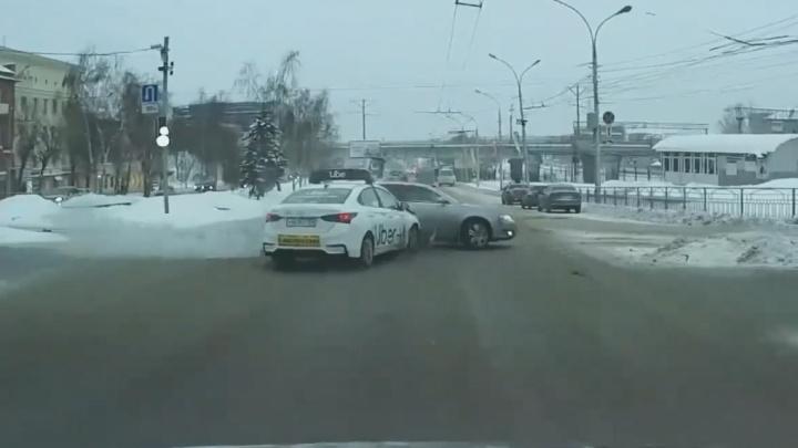 Такси против «Ауди». Машины бьются на перекрестке Красного проспекта и Советской — от светофора толку ноль