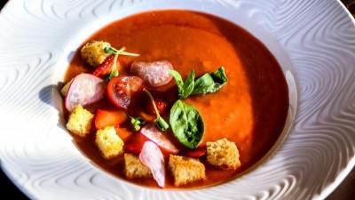 Помидоры с клубникой и абрикосы с мороженым: пять рецептов летних супов от поваров Нижнего Новгорода