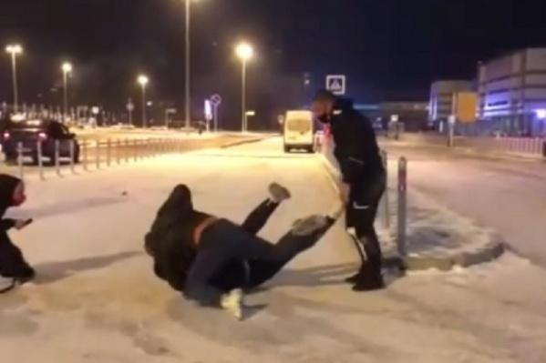 Мужчины напали на таксиста вдвоем