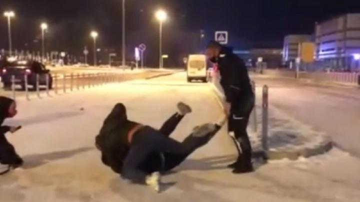 Возле аэропорта Кольцово мужчины избили таксиста, который отказался везти четырех человек
