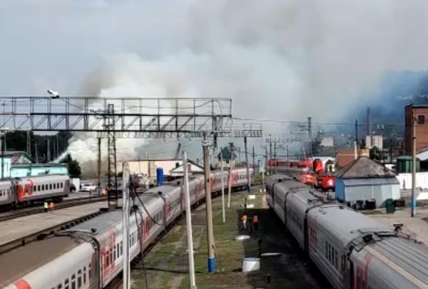 В Новокузнецке больше 2 часов тушили крупный пожар на 500 кв. м