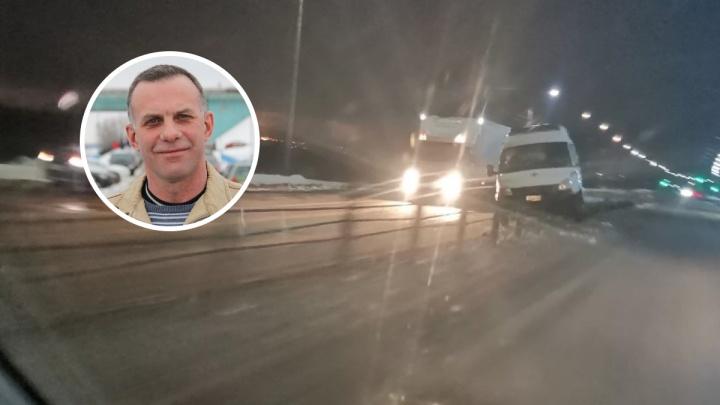 В Ярославле из-за ям «скорая» повисла на отбойнике. Маму с грудным ребенком спас таксист