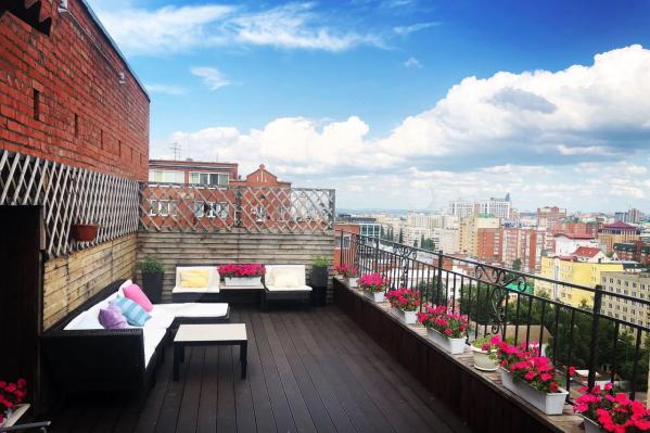 С балкона квартиры в доме №62 по улице Свердлова открывается живописный вид на центр города