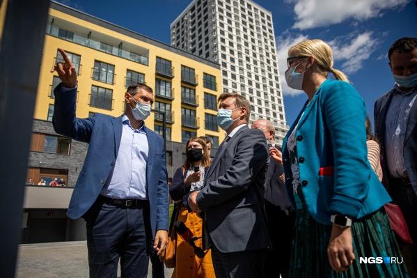 Михаил Ансимов (на фото слева) пообещал мэру, что строительство новой школы в микрорайоне «Европейский берег» начнётся этим летом