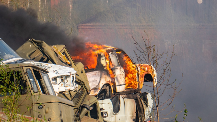 Как спасатели, Бэтмен и один Леонид склады тушили. Огненный фоторепортаж NGS55.RU