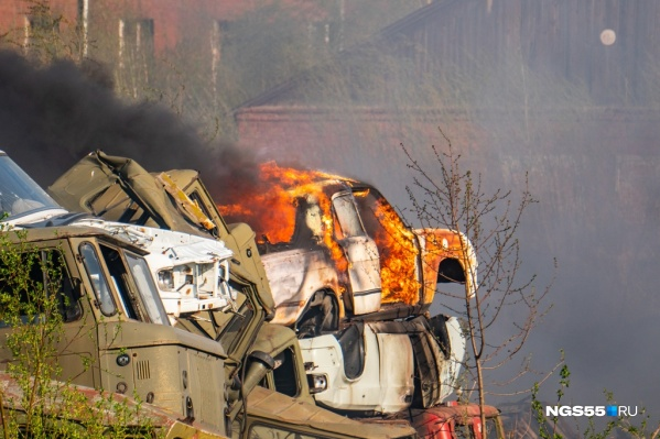 На военных складах горели покрышки и автотехника