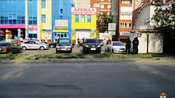 На Левом берегу москвич стрелял из макета автомата возле торгового комплекса