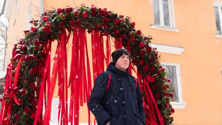Фото от «Холостяка»: как прохожие в Архангельске позируют в снегу и розах