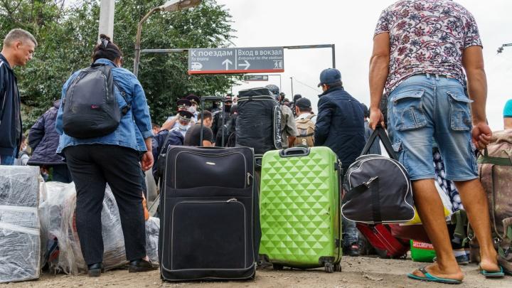 «Увезут из Ростова и забудут»: чего боятся мигранты, не попавшие на поезд в Ташкент