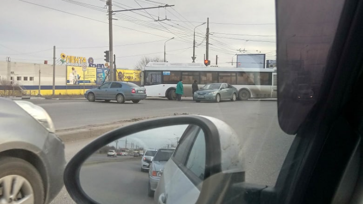 """«Дорога """"задохнулась""""»: многокилометровая пробка сковала Вторую Продольную в Волгограде"""