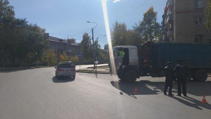 Мусоровоз насмерть задавил пешехода на Софийской