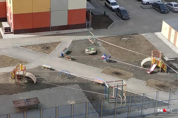 В некоторых дворах Челябинска карусели уже обмотали сигнальной лентой