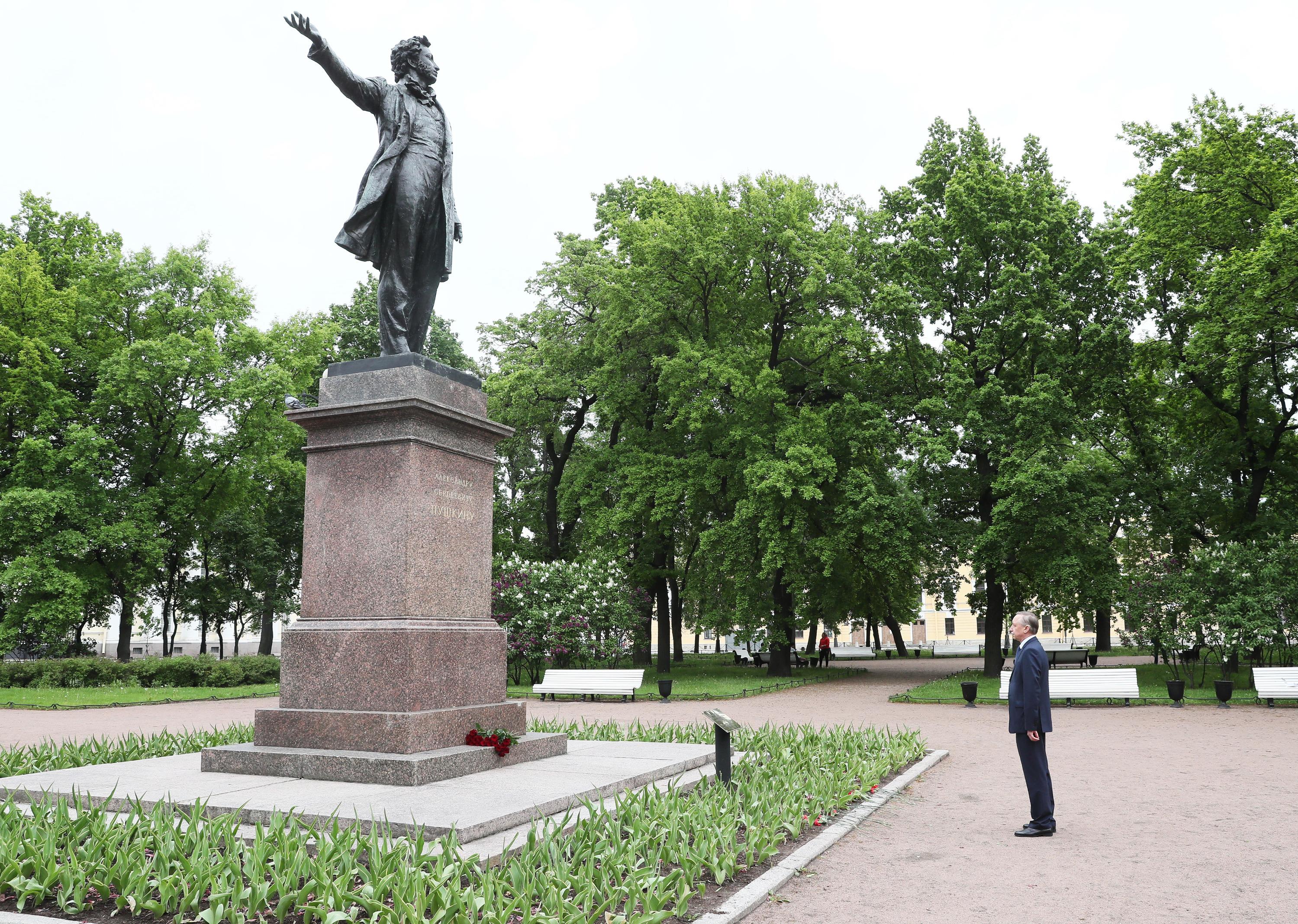 Александр Беглов у памятника Александру Пушкину