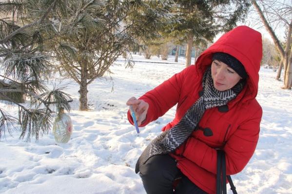 Чтобы узнать, в каком году главная елка Омска вошла в топ-20 самых высоких в России, достаточно отсканировать QR-код на игрушке