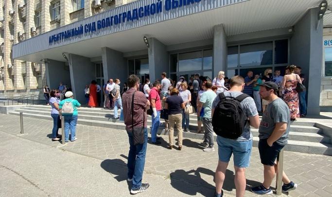 «Администрация дождется беспредела от людей!»: обманутые дольщики осаждают Арбитражный суд в Волгограде
