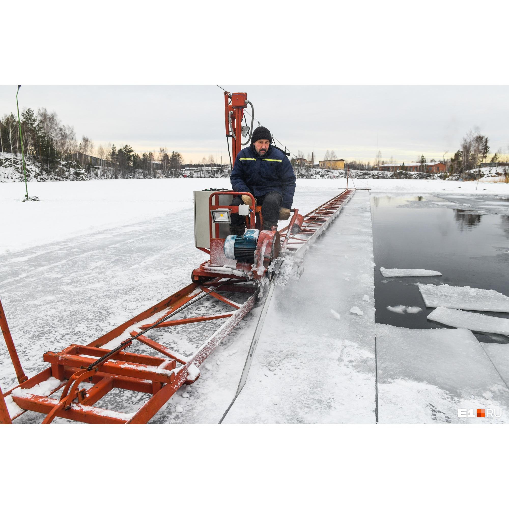 При заготовке льда по поверхности пруда сначала проходит специальная пила